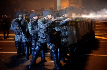 Police clash with demonstrators during a protest on the streets of Rio de Janeiro on June 30, 2013, a few hours before the final of the Fifa Confederations Cup football tournament between Brazil and Spain. REUTERS / Lunaé Parracho