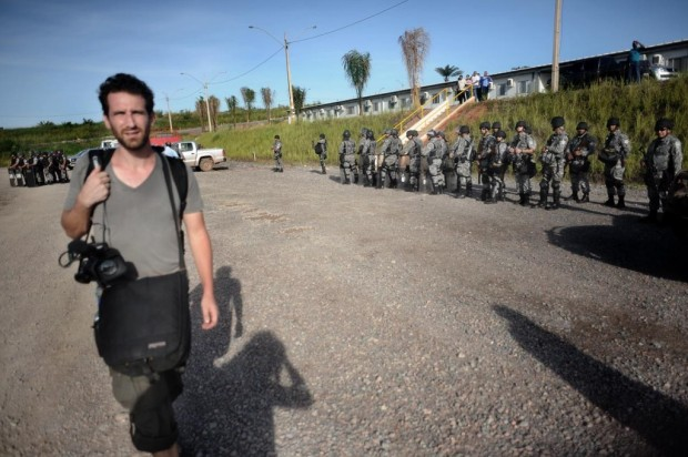 French journalist for Radio France Internationale in Brazil, François Cardona, is expelled from the construction site. Photo: Lunae Parracho
